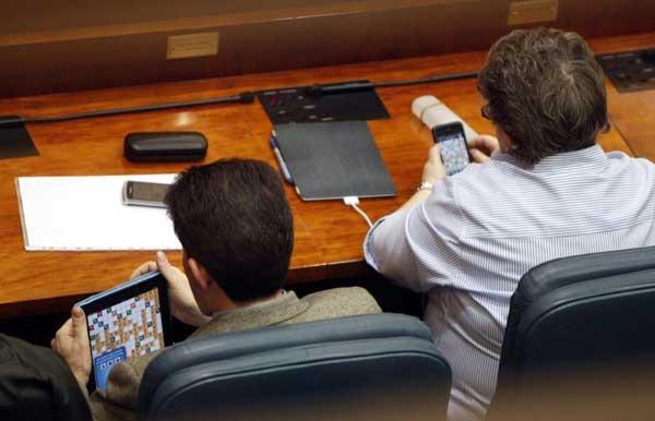 Pillan a dos diputados jugando a Apalabrados en un pleno